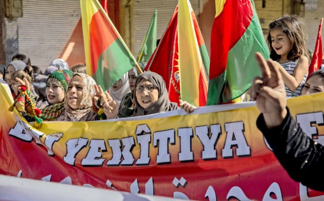7日、トルコの軍事介入の可能性が高まり、シリアで抗議する人々=AP