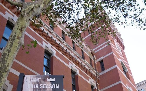 パーク・アベニュー・アーモリーは南北戦争のメモリアルとして建てられた歴史的建造物を改装した芸術センターだ
