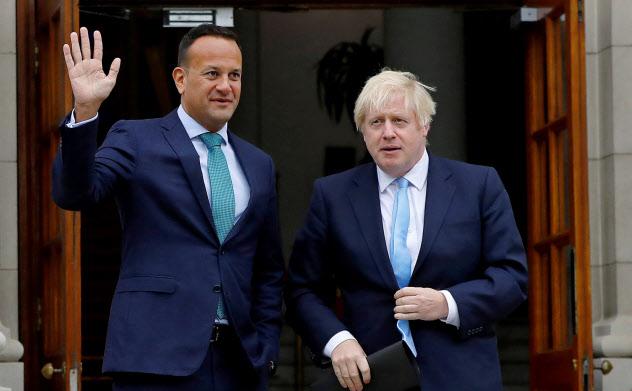 アイルランドのバラッカー首相(左)とジョンソン英首相。各国の責任のなすり合いが、合意なき離脱のリスクを高めている=ロイター