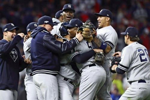 リーグ優勝決定シリーズ進出を決め、喜ぶヤンキースの選手ら(7日、ミネアポリス)=USA TODAY