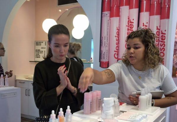ミレニアル世代に人気の化粧品ブランド「グロッシアー」のショールーム兼店舗