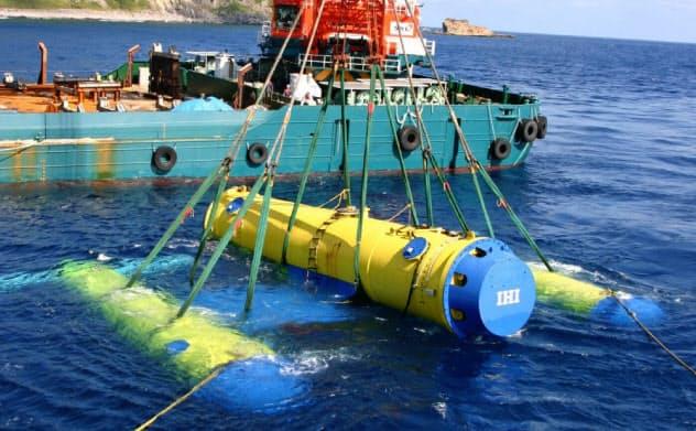 船で発電機となる浮体を沈める様子(鹿児島県)
