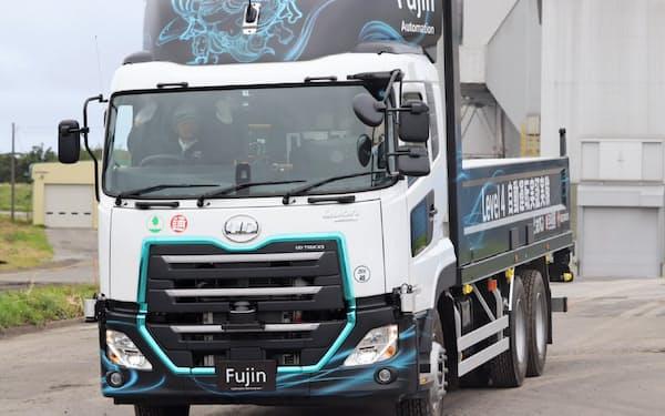 UDトラックスや日本通運などが実施したトラックの自動運転実験。運転手がハンドルから手を離している(北海道斜里町、29日)