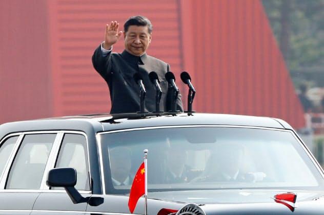 中国経済は下押し圧力にさらされている(建国70年の軍事パレードに臨む習近平・国家主席)=ロイター