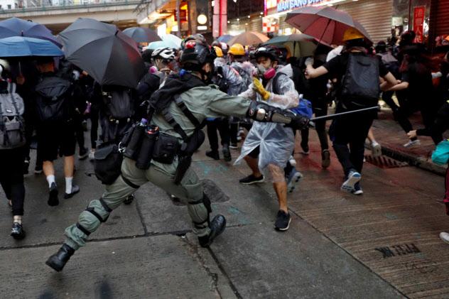 香港では警察とデモ隊の衝突が頻発している=ロイター