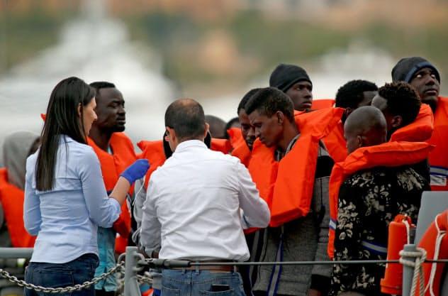 マルタ当局に保護される難民(5月)=ロイター