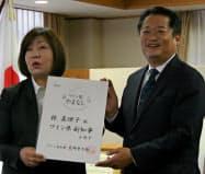 ワイン県副知事の辞令を受け取った林真理子氏(左)と長崎幸太郎知事(8日、山梨県庁)