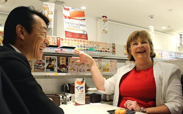 スコットランドのサーモンについて意見交換するスコットランド政府のヒスロップ大臣(右)と元気寿司の法師人社長
