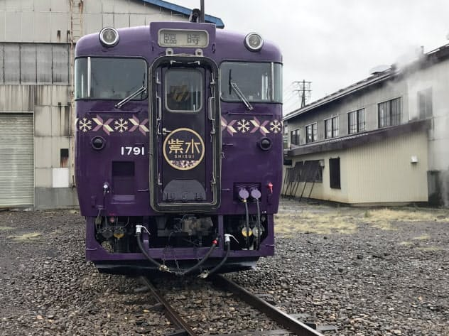 14日に一般公開するJR北海道の観光車両「紫水」(8日、札幌市の苗穂工場)