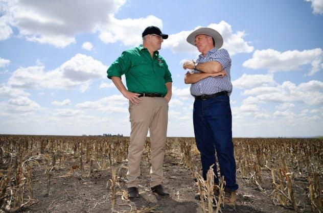 干ばつの影響を受けた農家を視察するモリソン首相(左)(9月、豪クイーンズランド州)=AAP