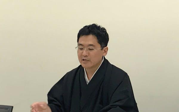 記者会見するHENNGEの小椋一宏社長