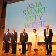 開会式には横浜市の林文子市長(右から2人目)らが登壇した(8日、横浜市)