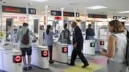 短期滞在の訪日外国人も出国時に利用できる(8日、福岡空港)=共同