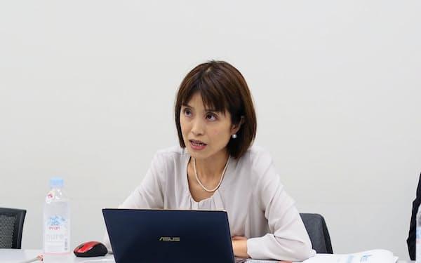 会見するAI CROSSの原田典子社長(8日、東証)
