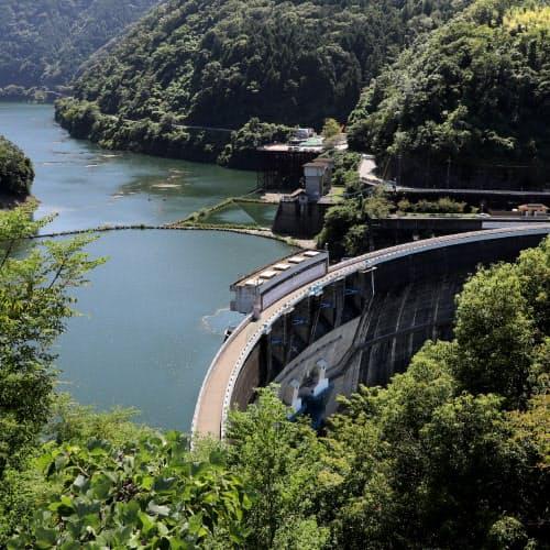 山間で大きな弧を描く天ケ瀬ダム