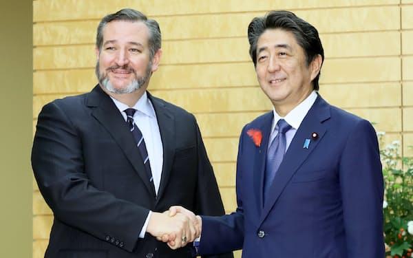 会談を前に米共和党のテッド・クルーズ上院議員(左)と握手する安倍首相(8日、首相官邸)