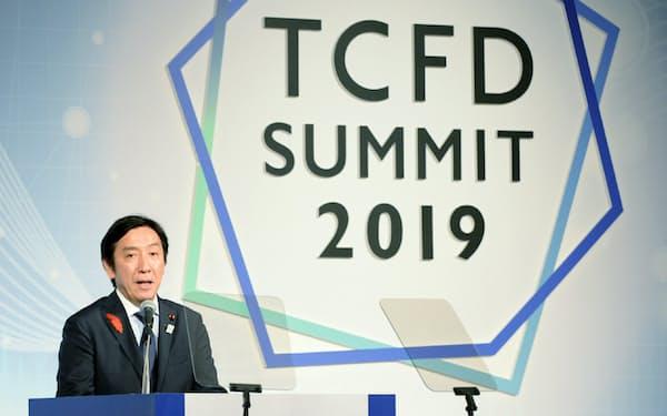 第1回TCFDサミットであいさつする菅原一秀経産相(8日、東京都千代田区)