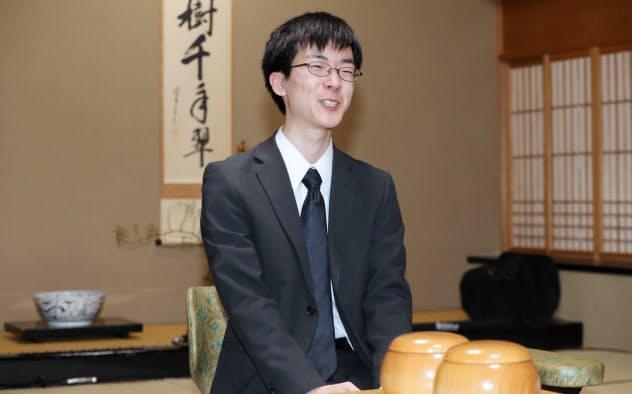 最年少での七大タイトルを獲得した芝野虎丸新名人(8日夜、静岡県熱海市)