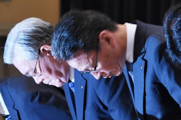 記者会見で頭を下げる関西電力の岩根社長(右)と八木会長(2日、大阪市福島区)