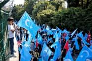 中国のウイグル族弾圧に反対するデモが各地で起きている。写真はイスタンブールの中国総領事館前=ロイター