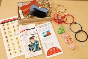 商品開発した伝統工芸グッズや、訪日客向けに作った英語パンフレット類