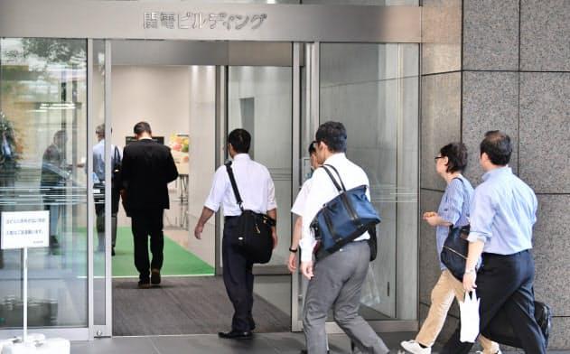 関西電力本店が入るビルに出勤する社員ら(9日午前、大阪市北区)