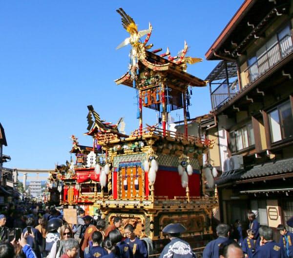 「秋の高山祭」で並んだ華麗な屋台(9日午前、岐阜県高山市)=共同