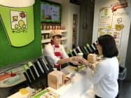 キッコーマンはホットの豆乳飲料を無料配布する期間限定店を開いた(9日、東京・港)