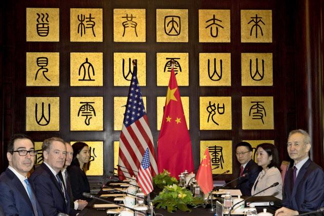 7月末に上海で協議したライトハイザーUSTR代表(左から2人目)と中国の劉鶴副首相(右)=ロイター