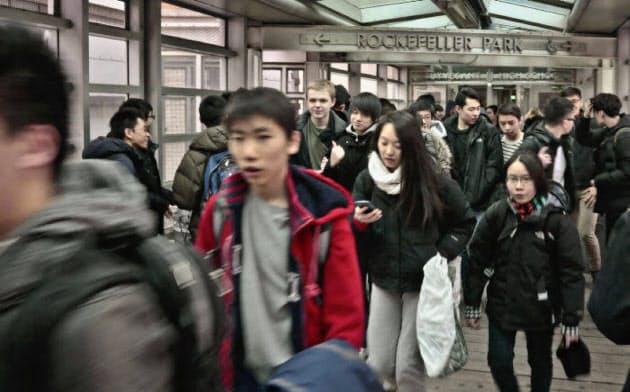 ニューヨークのスタイベサント高校の生徒たち=AP