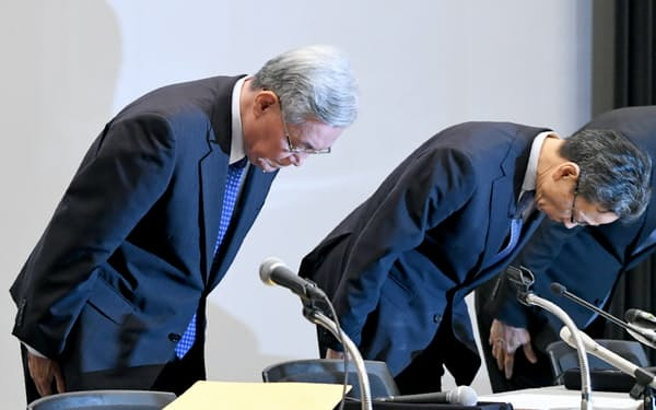 記者会見で頭を下げる関西電力の八木会長(左)と岩根社長(9日午後、大阪市福島区)