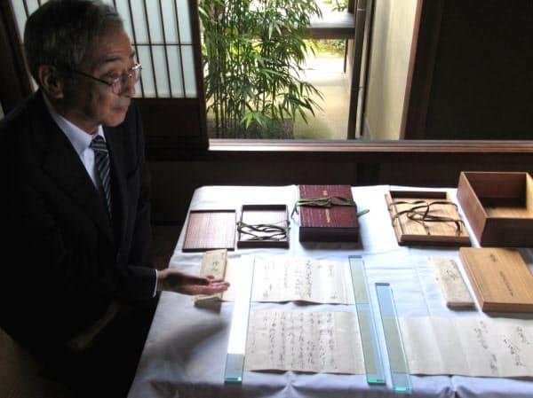 藤原定家本の「若紫」が入っていた木箱や書状について説明する大河内松平家の子孫、大河内元冬さん