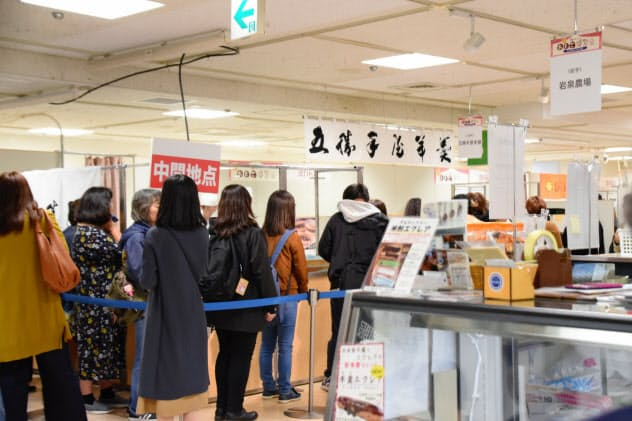 五勝手屋本舗(江差町)が販売する催事限定の菓子には行列ができた(9日、三越札幌店)