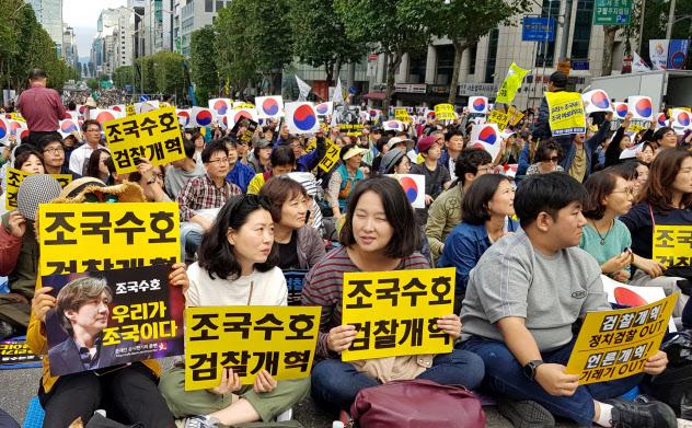 曺国法相を支持する集会に集まった市民。プラカードには「曺国守護」「検察改革」と書いてある(5日、ソウルの検察前の大通り)