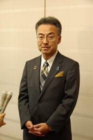 福井県庁内で報道陣の取材に答える杉本達治福井県知事
