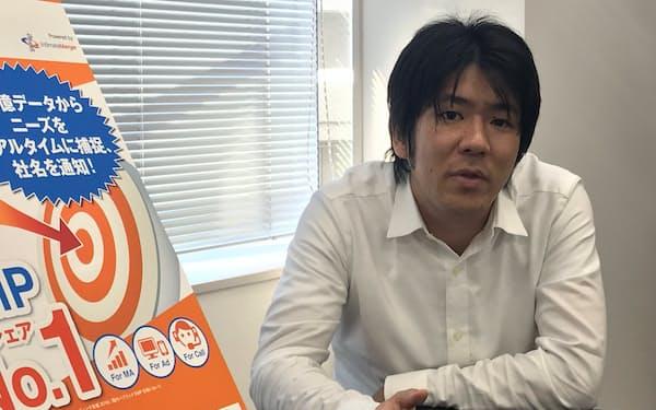 インタビューに答えるインティメート・マージャーの簗島亮次社長(東京都港区)