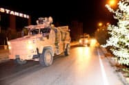 トルコ南部のシリアとの国境に向かうトルコ軍の装甲車(7日、ゲッティ共同)