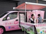 ピンク色が特徴の「オールデンカー」はイベントでIH調理をアピールする(9日、福岡市)