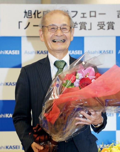 ノーベル化学賞の受賞が決まり、花束を手に笑顔を見せる旭化成の吉野彰名誉フェロー(9日、東京都千代田区)