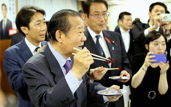 二階幹事長ら党の幹部も出席した