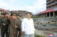 19年夏に温泉観光地区の建設現場を視察する金正恩氏(朝鮮中央通信=共同)
