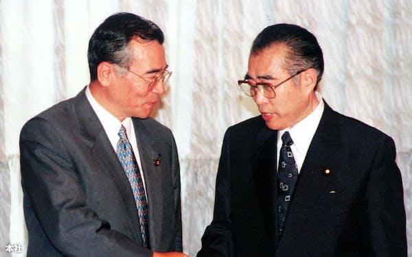 神崎公明党代表(左)と握手する小渕首相(99年8月、首相官邸)