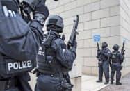 乱射現場付近で警戒する警察官(9日、ドイツ東部ハレ)=AP