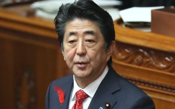 参院本会議で答弁する安倍首相