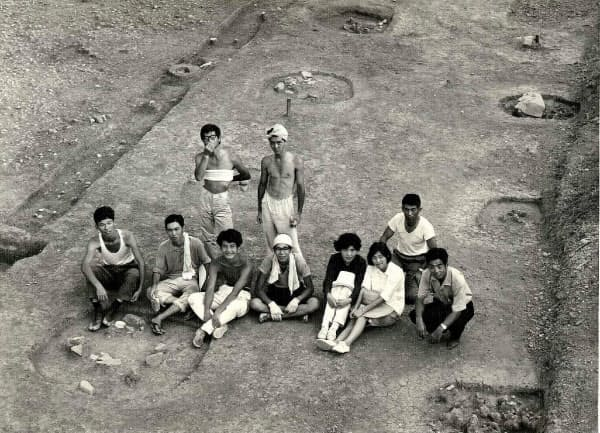 京大では考古学研究会に所属し、遺跡発掘に携わった。(1966年、前列左から3人目が吉野氏)