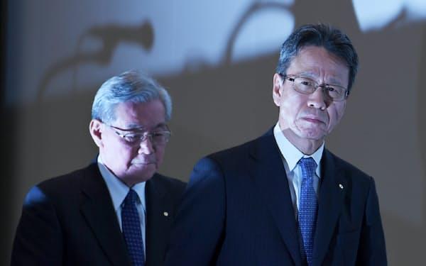 記者会見を終え、会場を後にする関西電力の岩根社長(右)と八木氏(9日午後、大阪市福島区)