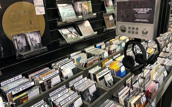 自分の好きな曲だけでプレイリストを作って音楽を聴く方法が主流となり、アルバム販売は衰退した(18年4月、ニューヨーク市)=ロイター