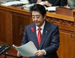 参院本会議で答弁する安倍首相(9日)