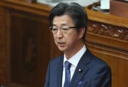 参院本会議で質問する自民党の石井準一氏(9日)