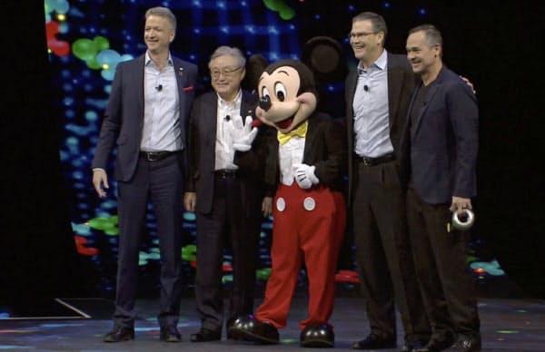 日立は米ディズニーとの提携を発表した(左から2人目が日立の東原敏昭社長)